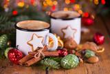 Duftende heiße Schokolade und süße Plätzchen zu Weihnachten