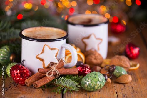 Foto op Canvas Chocolade Duftende heiße Schokolade und süße Plätzchen zu Weihnachten