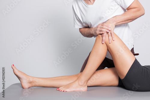 Profesjonalny masaż nóg w studio.