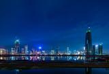 中国・深センの高層ビル群の夜景
