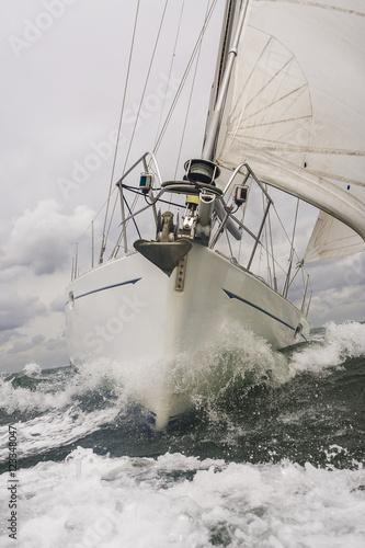 zamyka-up-zeglowanie-lodz-lub-jacht-przy-morzem