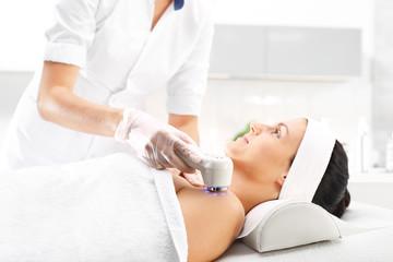 Fototerapia, zabieg kosmetyczny masaż ultradźwiękowy. © Robert Przybysz
