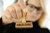 Frau mit Stempel Abgelehnt - 123446896