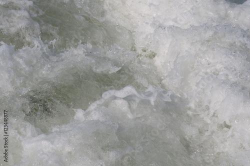 Poster Salzige Wellen im Meereshafen. Rügen.Norddeutschland