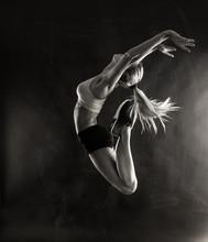 Fitness kobiece kobieta skoków z mięśni ciała.