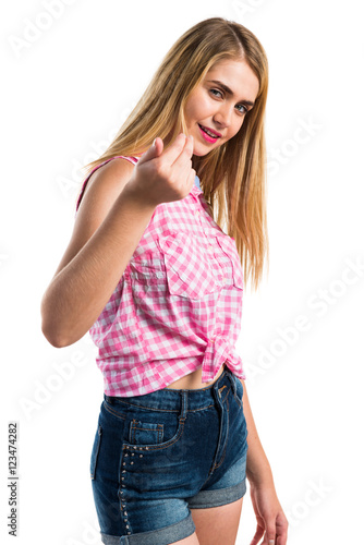 Poster Blonde girl doing coming gesture