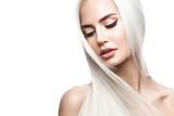 Piękna blond dziewczyna w ruchu o idealnie gładkich włosach i klasycznym makijażu. Piękna twarz. Zdjęcie zrobione w studio.