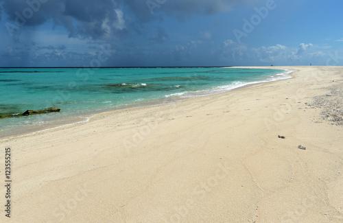沖縄 久米島 空の青と浜辺の白が眩しいはての浜