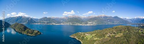 Tuinposter Cathedral Cove Vista aerea sul lago di Como - Baia di Piona