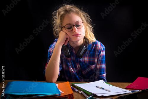une adolescente blonde devant son travail avec une expression dépitée Poster