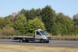 Abschleppdienst mit leerer Ladefläche unterwegs auf der Autobahn in Deutschland