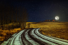 Winterlandschaft mit Landstraße, Sternenhimmel und der Mond