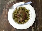 assiette de foie d'agneau et haricot vert sur fond bois