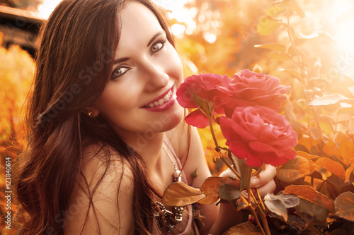 Poster lachende Frau mit Rosen