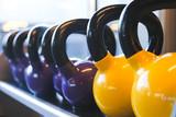 kettlebelll / Grupo de kettlebells amarillas y moradas en gimnasio