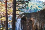 Cascada congelada / Cascada congelada entre bosque invernal