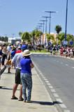 Espectadores esperando una carrera ciclista.