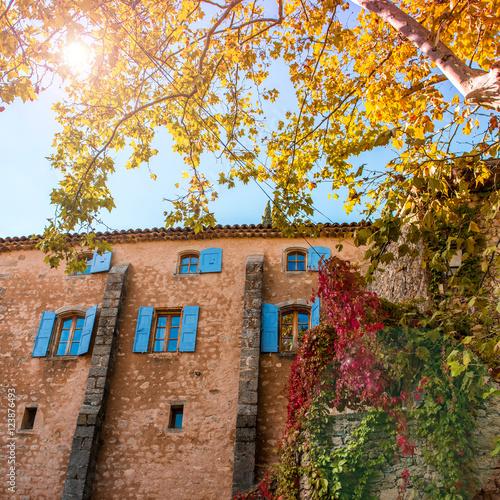 Staande foto Rome Façade de maison ancienne avec feuillage d'automne