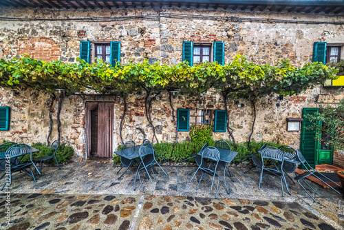 Poster Smal steegje tables and chairs in Monteriggioni