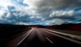 Paisaje y carretera.Concepto de viajes por carretera.Velocidad y autovia.Seguridad vial y ruta hacia el destino