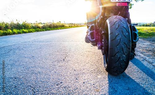 Motorrad fahren auf Landstrasse im Sonnenlicht