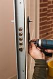 Cerrajero cambiando una cerradura de puerta acorazada 2.