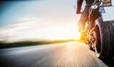 Przejażdżka motocyklami na bezpłatnej drodze wiejskiej w zachodzie słońca