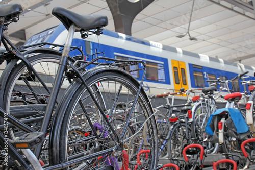 In de dag Rotterdam fahrräder im bahnhof,