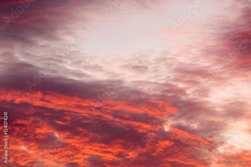 kolorowe-cieple-chmury-na-niebie-przy-zmierzchem