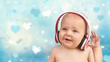 lachendes Baby mit Kopfhörern, Musik hören