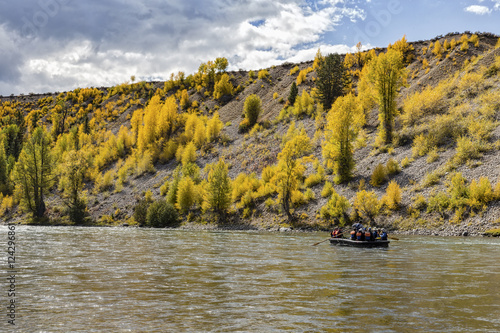 Papiers peints Miel Some rafters on a guided trip down the Snake River through Grand Teton National Park in Wyoming.