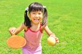 芝生広場でボール遊びをする女の子