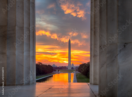 Poster Brilliant sunrise over reflecting pool DC