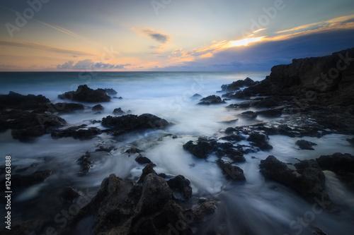 Poster lever de soleil sur la côte rocheuse de formentera, île Baléares, espagne