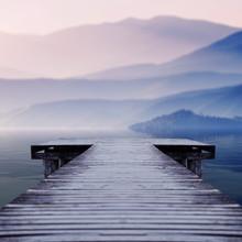 Holzsteg am See Website einen schönen Berg an einem nebligen Wintermorgen mit Blick auf