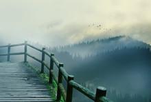 ein Weg zu Fuß auf dem Gipfel des Berges mit einer schönen Aussicht auf den gesamten Berggebiet