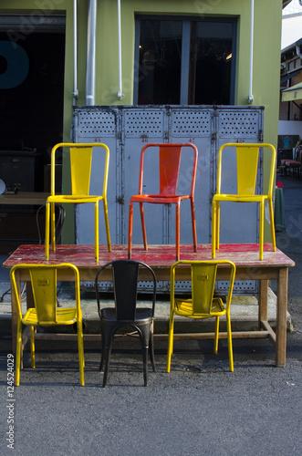 chaise jaune rouge et noire sur table vintage indus retro rouge casier indus ind Poster