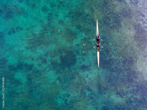 Poster Zweierteam im Ruderboot aus der Vogelperspektive