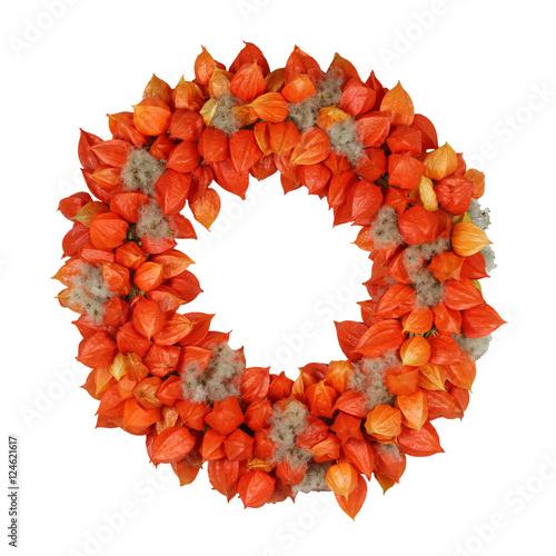 Herbstkranz mit Physalis und Waldrebe auf Weiß - 124621617