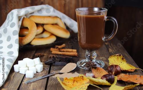 Foto op Plexiglas Chocolade горячий шоколад и баранки с осенними листьями
