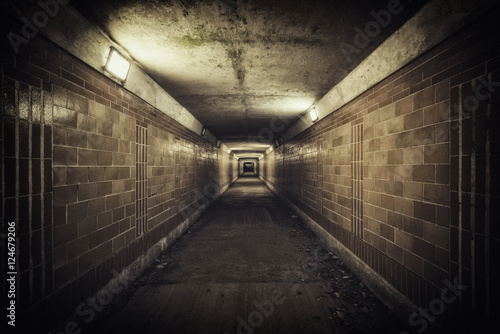 pusty-tunel-podtynkowy-w-nocy-kolor-desaturacji