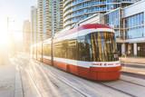 Nowoczesny tramwaj w Toronto centrum o zachodzie słońca