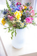 Leinwanddruck Bild - Strauss mit Wildblumen in weisser Vase