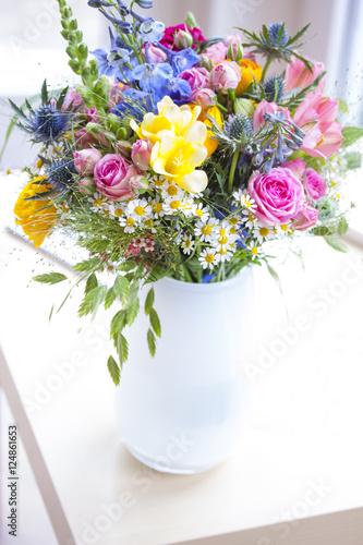 Leinwanddruck Bild Strauss mit Wildblumen in weisser Vase