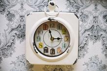 Vieille horloge vintage sur le mur rétro