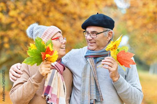 Poster vertrautes Seniorenpaar im Herbst, Spaß und Lebensfreude in der Natur