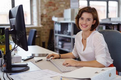 mata magnetyczna lächelnde junge angstellte im büro