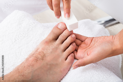 Papiers peints Pedicure Beautician Hand Filing The Nails