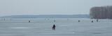 зимняя рыбалка/ рыбаки ловят рыбу подо льдом зимой