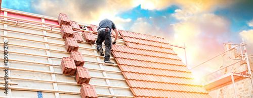 Dachdecker auf einem Spitzdach  - 125087270